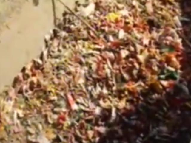 Lurigancho: irresponsables arrojan a acequia cientos de envolturas de canastas básicas