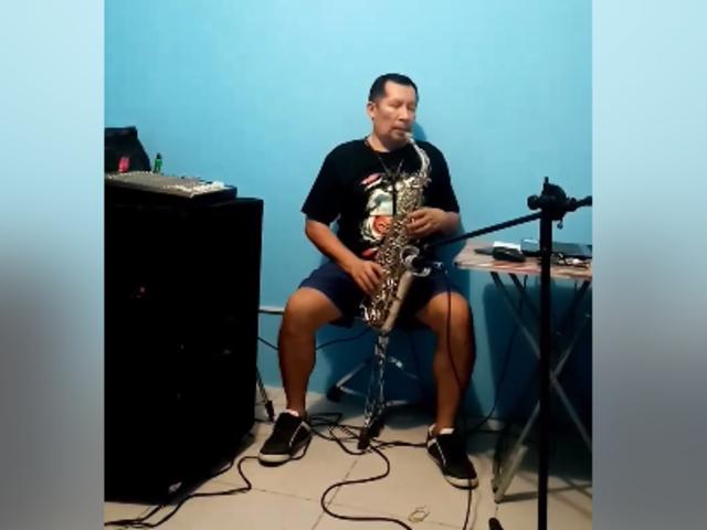Iquitos: músico amenizó confinamiento con su saxofón en el Día de la Madre