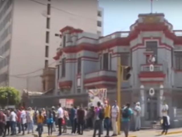 Venezolanos protestan frente a su embajada y piden regresar a su país