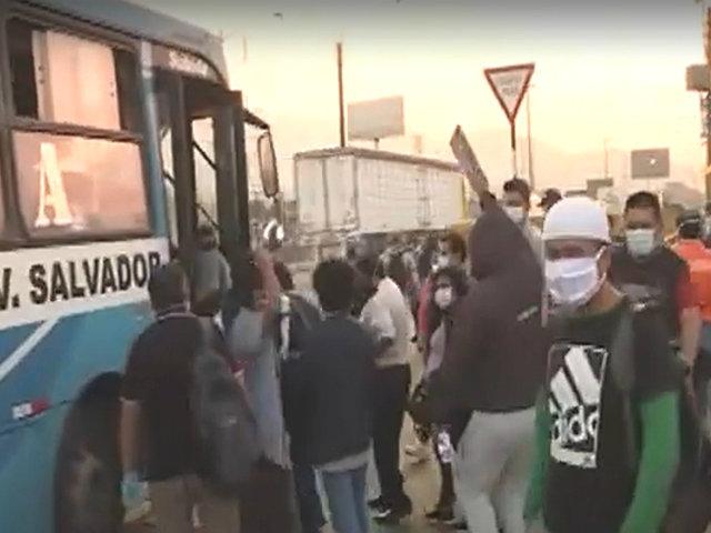 Puente Nuevo: pasajeros pelean por subirse a los pocos buses