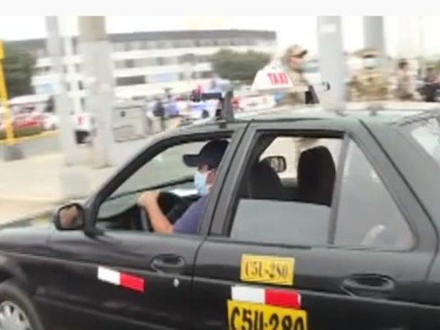 [VIDEO] Solo dos pasajeros podrán viajar en los taxis para evitar avance de la COVID-19