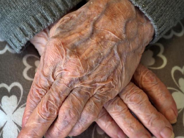 Adultos mayores incluidos en la fase 1 de vacunación contra el coronavirus