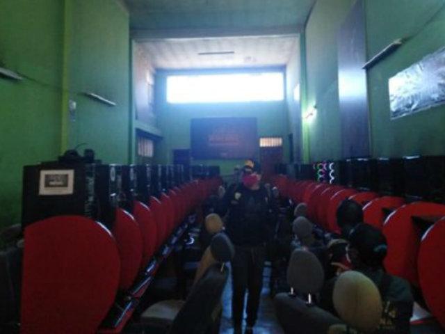 Estado de emergencia en Puno: detienen a 17 jóvenes que jugaban en cabina de internet