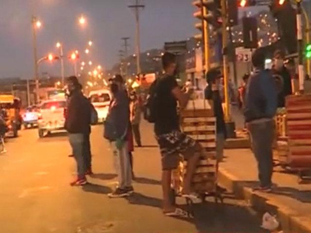 Habilitan tres parques zonales para descargar fruta, pero comerciantes siguen en las calles