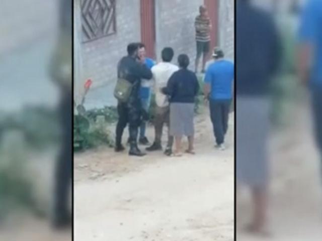 Familia golpea a policías para evitar que detengan a 2 sujetos que bebían alcohol