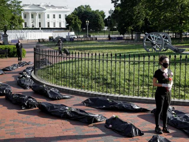 Masivo cortejo fúnebre hasta la Casa Blanca en protesta por gestión de la COVID-19