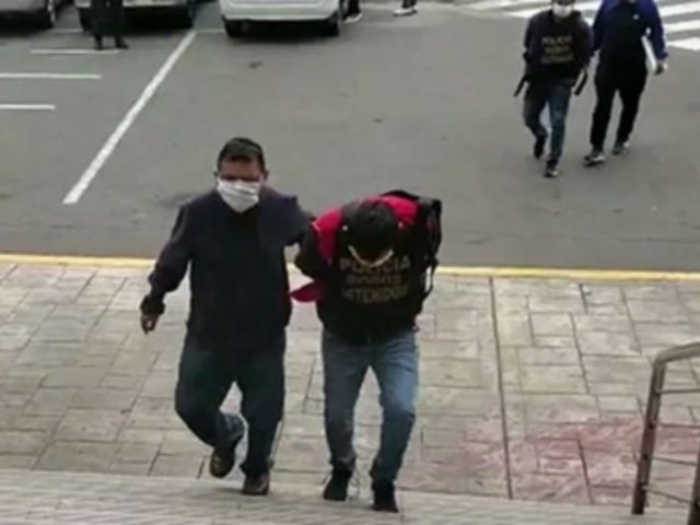 VES: PNP captura a dos sujetos que saqueaban un camión de productos lácteos