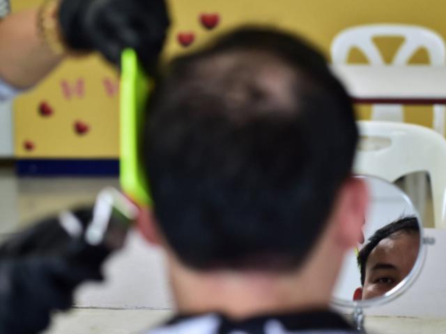 Detallan medidas que deberá cumplir servicio de corte de cabello para operar a domicilio