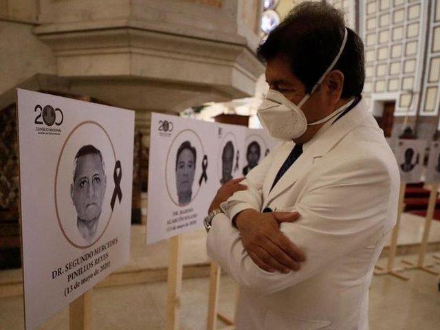 Colegio Médico del Perú realiza homenaje a los 33 médicos fallecidos por COVID-19