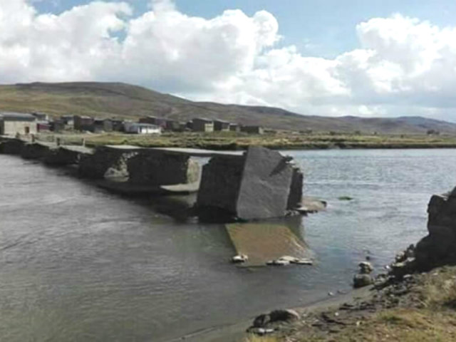Puno: destruyen puente que une Perú y Bolivia por temor al COVID-19
