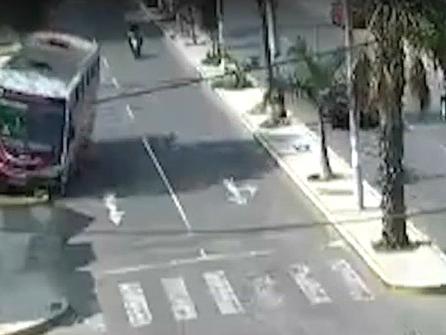 Trujillo: captan choque de bus de transporte público contra poste de alumbrado