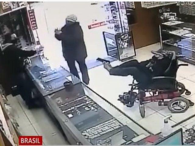 Discapacitado sostuvo un revolver con sus pies para asaltar joyería en Brasil