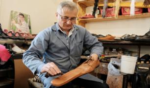 Rumania: crean zapatos talla 75 para mantener el distanciamiento social