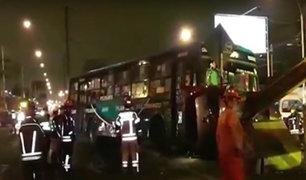 Ate: bus de transporte público choca con auto y se empotra en muro de la carretera Central