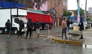 Vecinos de La Victoria anunciaron que seguirán bloqueando calles para impedir que ambulantes las invadan