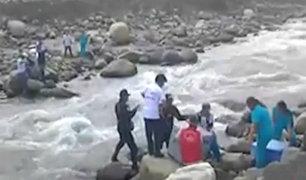 Ancash: personal de salud y policías caminan kilómetros para trasladar medicinas