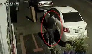 Surquillo: ladrón aprovecha toque de queda y roba auto