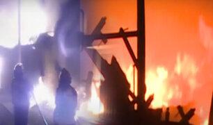 Puente Piedra: se registró incendio en una fábrica clandestina de plástico