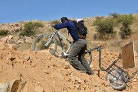 Profesor boliviano recorre el campo en bicicleta para dictar clases a sus alumnos en cuarentena