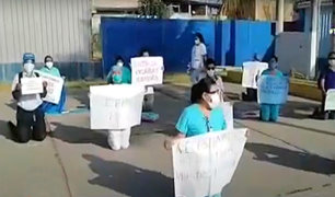 """Personal médico protesta de rodillas en Tumbes: """"nos sentimos abandonados por el gobierno"""""""