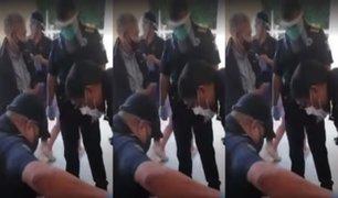 México: policías le compran todos sus productos a anciano ambulante para evitar que salga a la calle