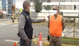 Marinos en las calles: en su día, protegen incansablemente la ciudad por el toque de queda
