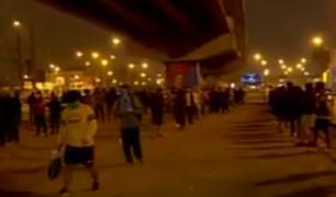 Largas colas en pleno toque de queda para ingresar al tren ante la falta de buses por paro de transportistas