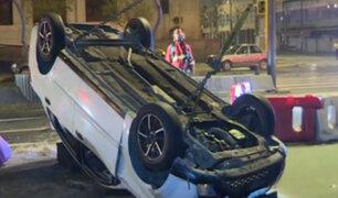 Conductor de vehículo se quedó dormido y volcó su auto en la avenida Abancay