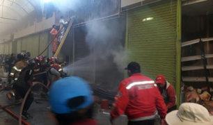 Puno: incendio de grandes proporciones arrasó más de 10 stands de centro comercial