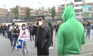 Coronavirus: Cientos de personas esperan extensas colas para ingresar a centros comerciales