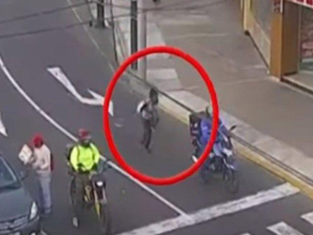 Surco: mujer ebria sufrió aparatosa caída tras intentar cruzar pista