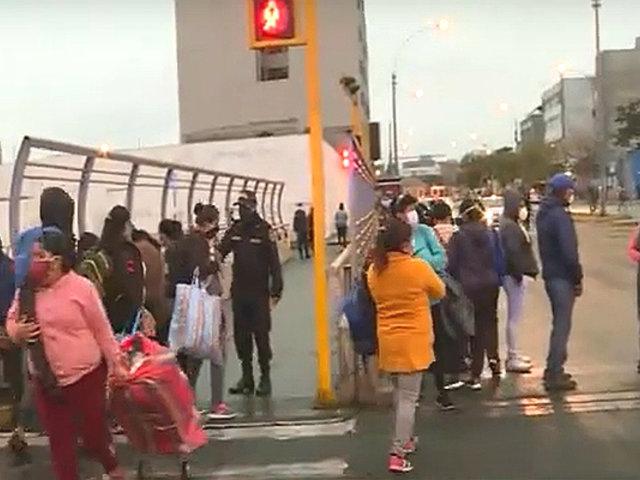 Ambulantes sin control: en plena lluvia decenas venden en los exteriores de un hospital