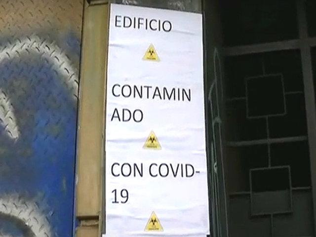 COVID-19: carteles en edificio familiar generan molestia en vecinos