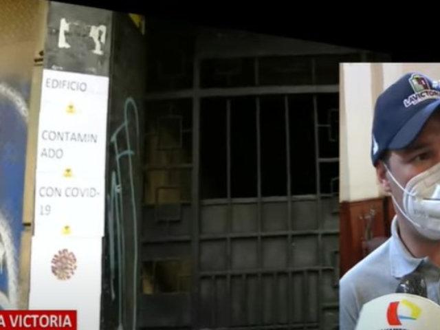 Vecinos del edificio señalan que carteles de Covid-19 están para dispersar a ambulantes