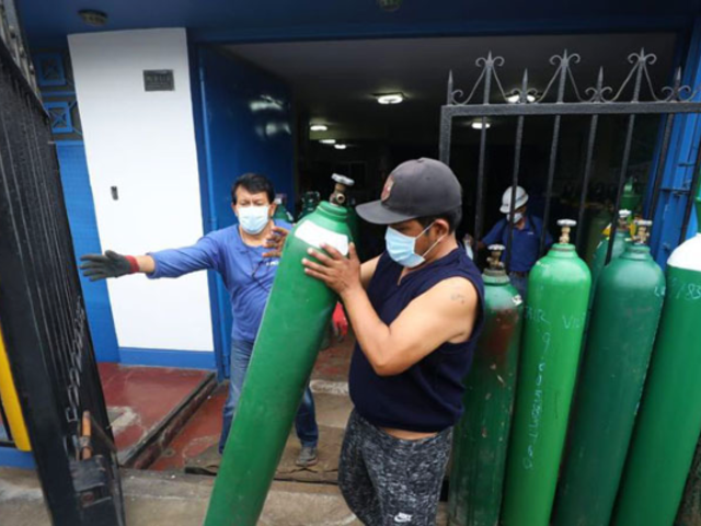 COVID-19: militares ponen orden en local del 'Ángel del oxígeno' ante mafias de especuladores