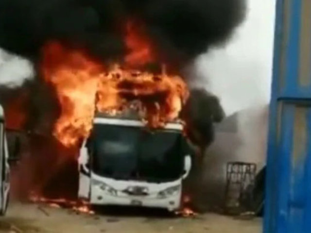 Trujillo: voraz incendio redujo a cenizas ómnibus interprovincial