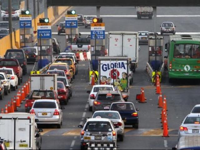 Caos vehicular en Vía de Evitamiento por reinicio de cobro de peajes
