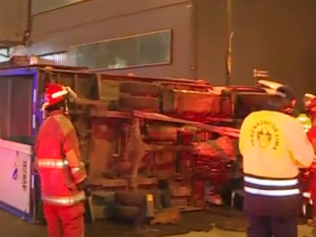 Camioneta choca contra auto y termina volcada en la avenida Argentina