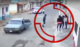 Cámaras de seguridad registran violento asalto a tres jóvenes en Comas