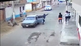 Delincuentes en auto asaltan con arma en mano a tres jóvenes en Comas
