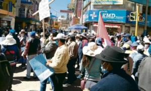 Puno: decenas de personas protestan frente a bancos para pedir congelamiento de deudas