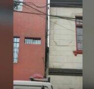 La Victoria: rescatan a hombre que terminó atrapado entre dos paredes