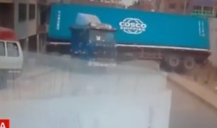 Cercado de Lima: contenedor se desprendió de camión tras mala maniobra de chofer