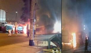 """La Victoria: seis buses de la empresa """"Soyuz"""" se incendian en local de la avenida México"""