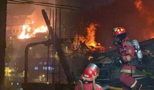 Incendio de grandes proporciones destruye seis viviendas en Los Olivos