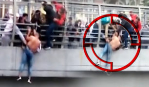 Cercado de Lima: rescatan a extranjero que quedó colgado de un puente
