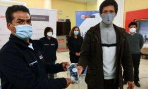 Ingenieros peruanos donan reguladores de oxígeno para pacientes que luchan contra el COVID-19