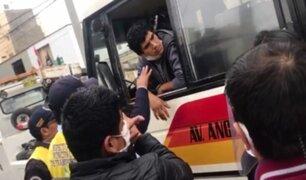Surco: chofer de cúster informal se bajó mascarilla para evitar incautación