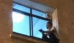 Cisjordania: hombre escala ventana de hospital para dar el último adiós a su madre con COVID-19