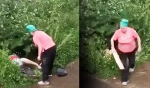 Rusia: mujer castiga a palazos a pareja que tenía sexo en plena calle